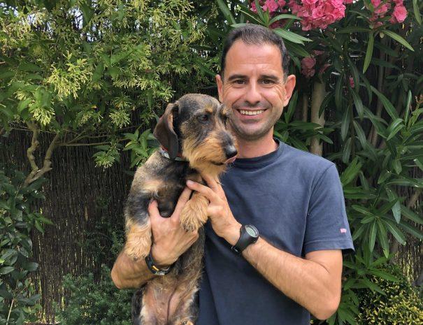 adiestrador-acariciando-perro
